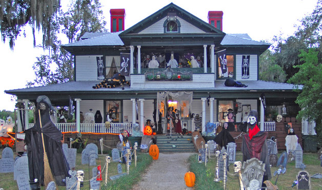 night of the living dead house 11 Craziest Halloween Decorated Homes