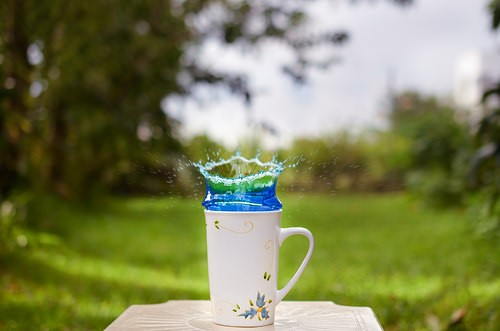 Water splashing in a mug